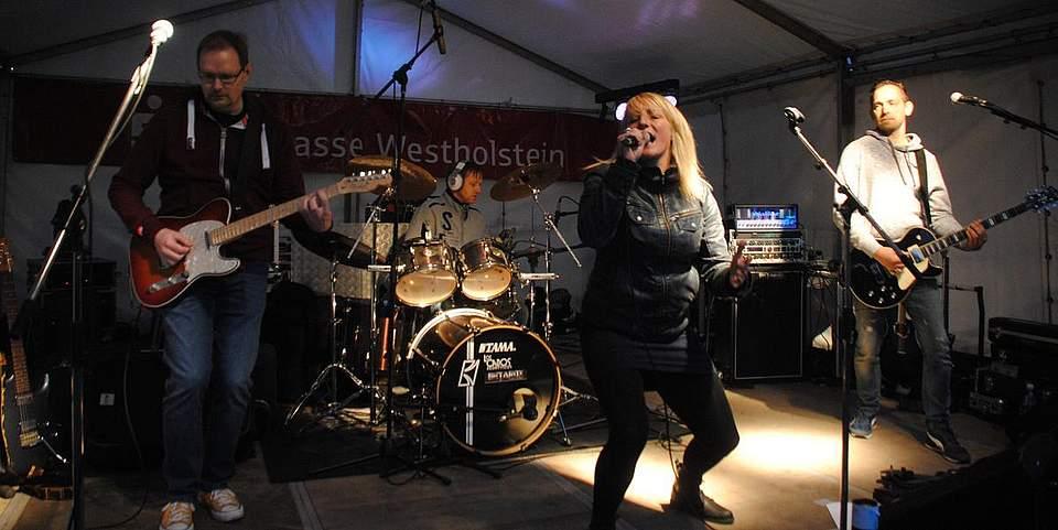 Die Gruppe Betarox aus Hamburg mit Sängerin Katrin Wehrts aus Meldorf präsentierte deutsche Rockmusik beim Klosterhofest.