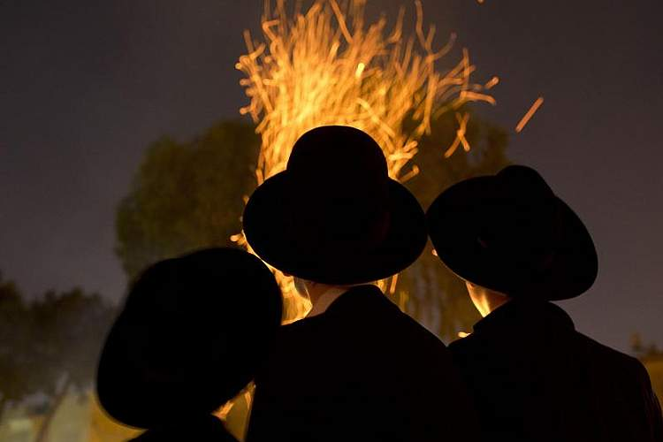 Traditionelle Picknicks und Lagerfeuer: Ultra-orthodoxe Juden feiern das jüdische Fest Lag baOmer in Israel. Foto: Oded Balilty/AP