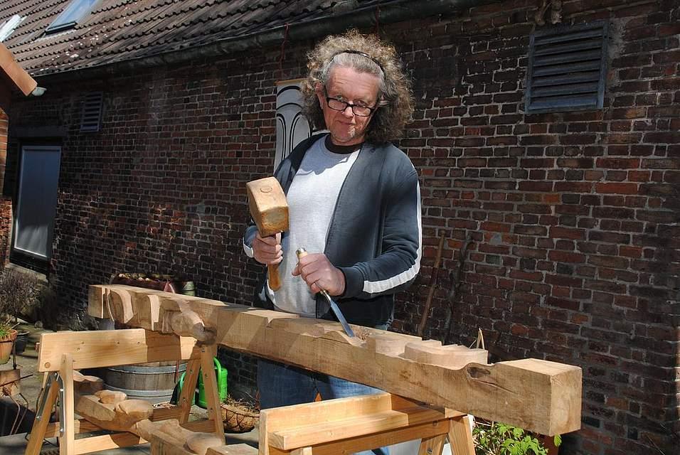 Keine leichte Arbeit: Bildhauer Hermann Knepper bearbeitet gerade einen ausrangierten Zaunpfahl aus Eiche und haucht ihm künstlerisches Leben ein.