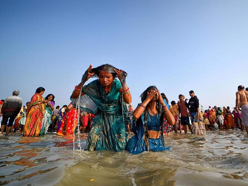 Gläubige Hindus nehmen beim sogenannten Makar-Sankranti-Fest im indischen Gangasagar ein heiliges Bad im Golf von Bengalen. Foto: Avishek Das/SOPA Images via ZUMA Wire/dpa