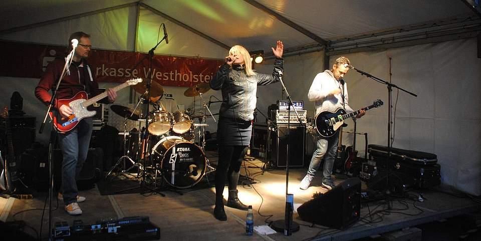 Die Gruppe Betarox aus Hamburg mit Sängerin Katrin Wehrts aus Meldorf präsentierte deutsche Rockmusik beim Klosterhoffest.