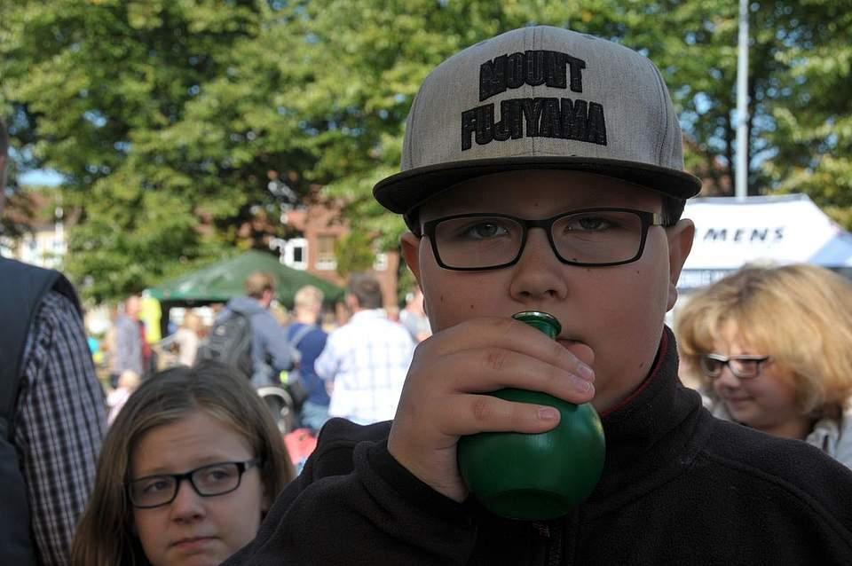 Richtiger Riecher: Marco Kindt (14) aus Behlendorf identifiziert beim AOK-Gewürzquiz Zimt. Foto: Voß