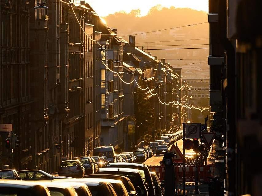 In Stuttgart scheint die morgendliche Sonne durch eine Straße. Foto: Sebastian Gollnow