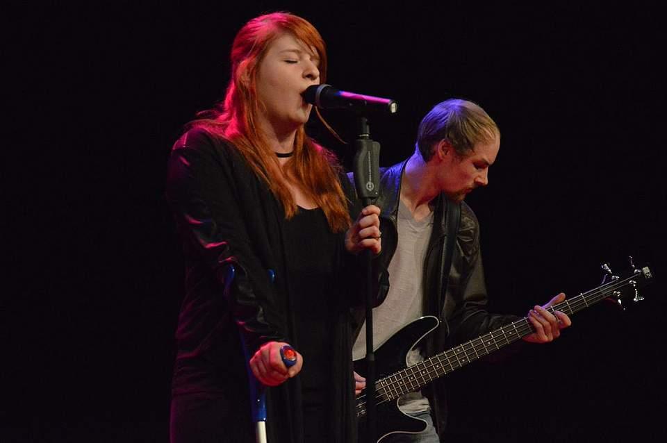 Sängerin Chiara Lütje von Pay Pandora mit Bassist Marek Brodersen.