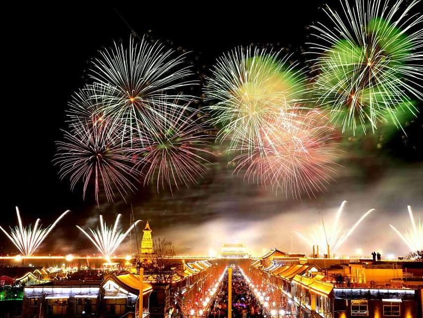 Ein buntes Feuerwerk erleuchtet den Nachthimmel von Zhengding. Viele Chinesen genießen gerade ihren einwöchigen Urlaub zum Neujahrsfest und besuchen verschiedene Tempelzeremonien und Volksfeste in den Städten. Foto: Zhang Haiqiang/XinHua