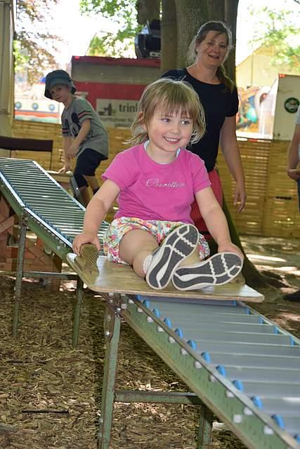 Das macht Spaß. Die Rutsche beim Kinderprogramm im Papenbusch. Foto: Büsing