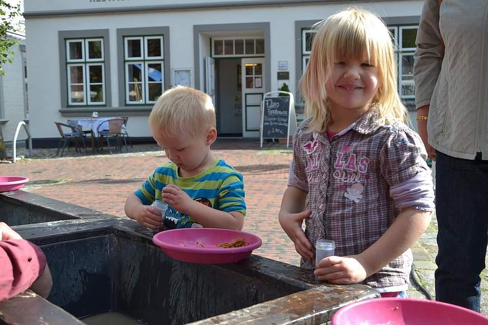 Meldorfer Kohlevergnügen: Finn (2 Jahre) und Leonie, 3, beim Goldwaschen.
