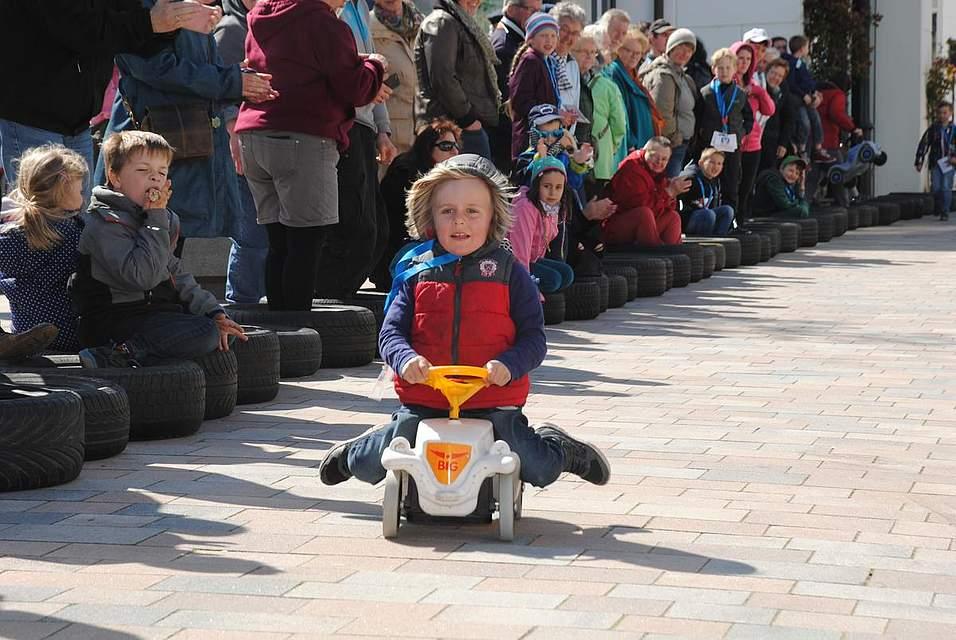 Schnelle Bobbycar-Fahrer
