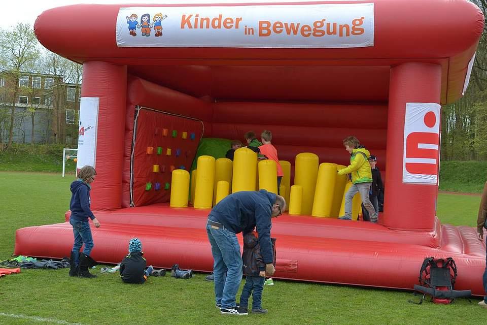 Immer ein Spaß für die Kleinen: Hüpfen auf der Hüpfburg.