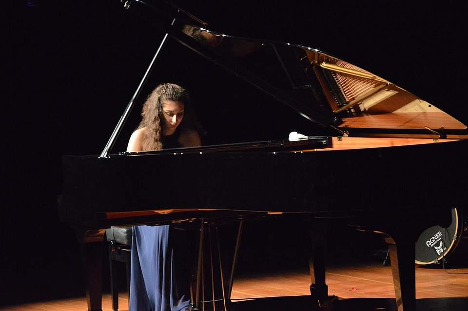 Die Dithmarscher Musikschülerin Viony Viogt spielte ein Stück von Rachmaninow.
