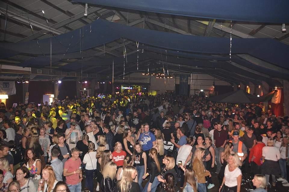 Party on: Dass kein Stargast auftrat, störte die Besucher der Markthalle nicht. Foto: Dannenberg