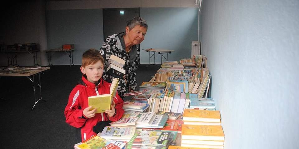 Jede Menge Bildung gab es beim Bücherflohmarkt des Unternehmens Leselust. Hier sind Angelika Maciejewski-Schultz und Momme Kornemann auf der suche nach passenden Büchern.