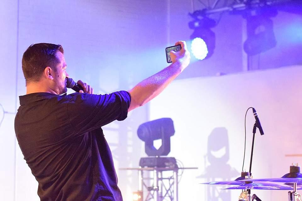... und Achim Petry macht ein Selfie mit den Fans. Foto: Büsing