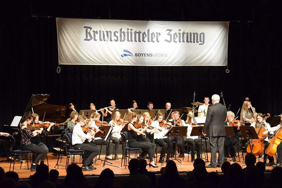 Das Dithmarscher Musikschulorchester DIMO unter Leitung von Richard Ferret.