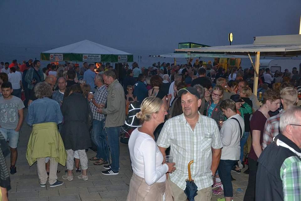 Gute Laune bei der Strandparty des TSV Büsum.