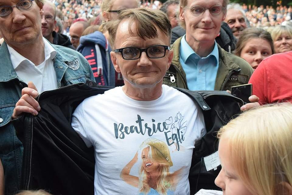 Fans warten auf das Konzert von Beatrice Egli anlässlich des Pfingstvolksfests in Albersdorf 2018. Foto: Büsing