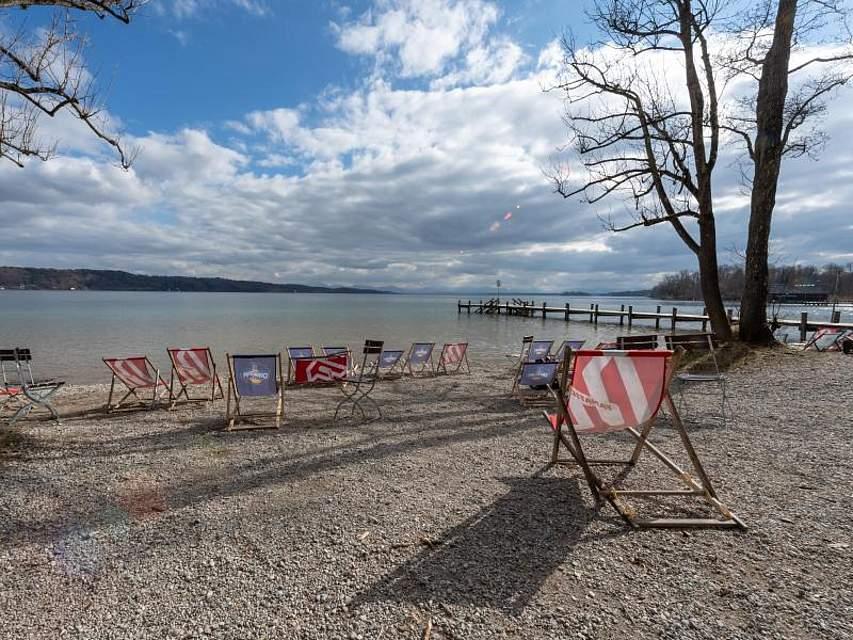 Noch präsentiert sich der Starnberger See menschenleer. Bald, bei steigenden Temperaturen, wird sich so leicht kein freier Liegestuhl mehr finden. Foto:Peter Kneffel