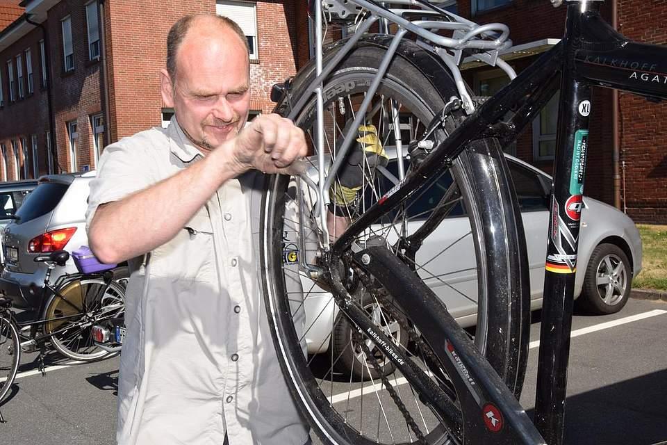 Ralf Zander von Zweirad Szelinski bereitet die Räder der Teilnehmer auf die Fahr vor.
