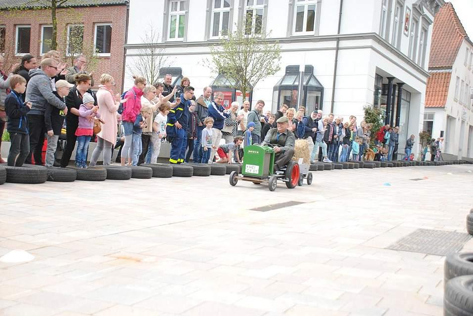 Die letzte Fahrt nach 17 Jahren Seifenkistenrennen: Dr. Henning Ibs als Bauer auf einem nachgebauten Deutz F1.