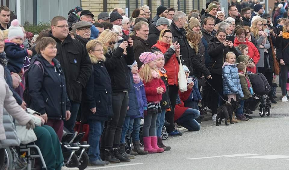 Dichtgedrängt erwarten die Zuschauer den Umzug an der Stadtbrücke. Foto: Seehausen