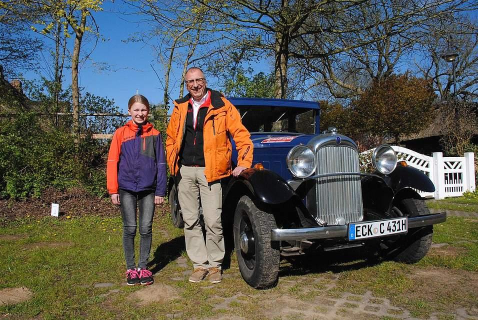 Stefan Trippel und seine Tochter Bente mit dem Citroen C4 von 1931. Foto: Geschke