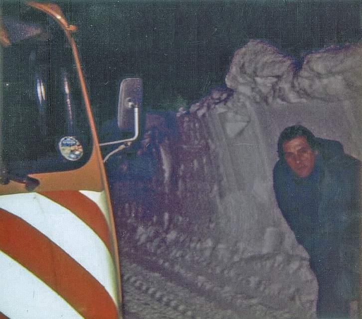 Das Foto von Wolfgang Draheim aus Heide zeigt ein Fahrzeug des Straßenbauamts im Einsatz. Besonders in Erinnerung geblieben ist Wolfgang Draheim, nachts durch meterhohe Schneewände Kontrolle zu fahren.