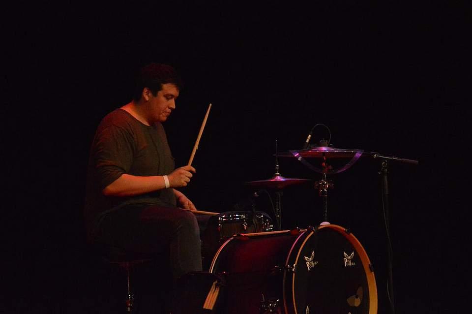 Tom Ole Thomssen sitzt bei Pay Pandora am Schlagzeug.