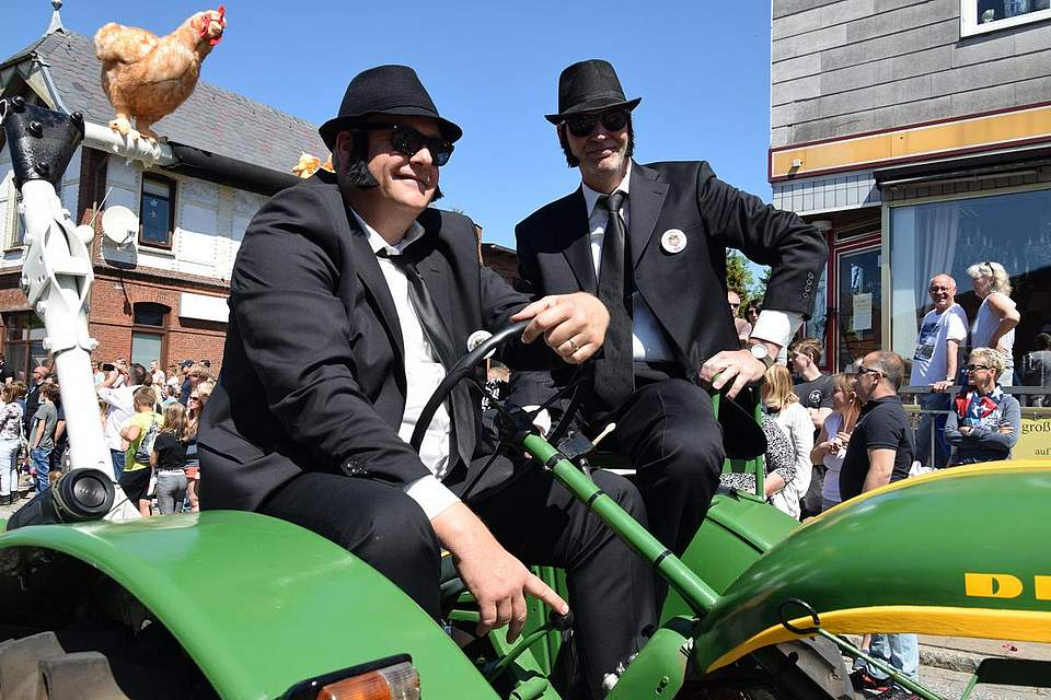 Auch die Blues-Brothers besuchen den Umzug in Albersdorf. Foto: Büsing