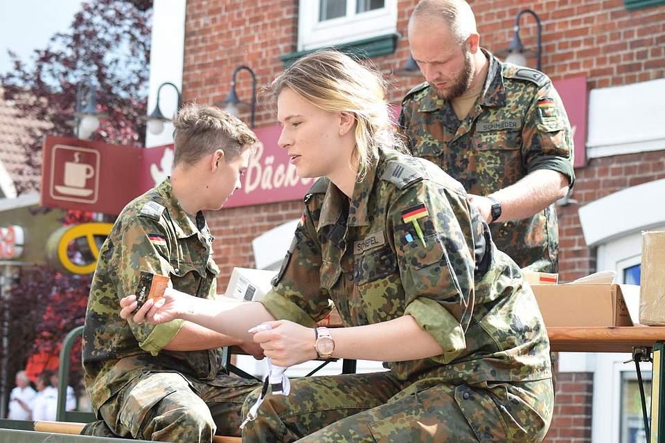 Die Bundeswehr wirbt für den 50. Geburtstag der Heider Kaserne. Foto: Büsing