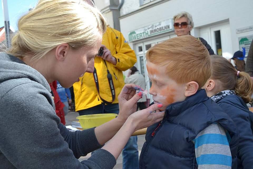 Kindernachmittag: Noemi Dettmer schminkt Justin zum Tiger.