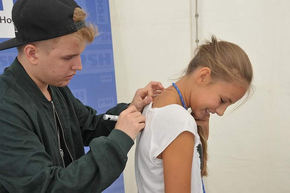 Rückendeckung: Der Rapper Kayef signiert das T-Shirt von Jule hartmann (12). Foto: Voß