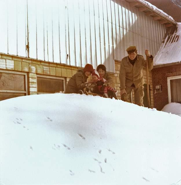Der Hof der Familie Block in Bergewöhrden liegt hinter einer großen Schneewehe, wie das Foto von Karla Block zeigt.