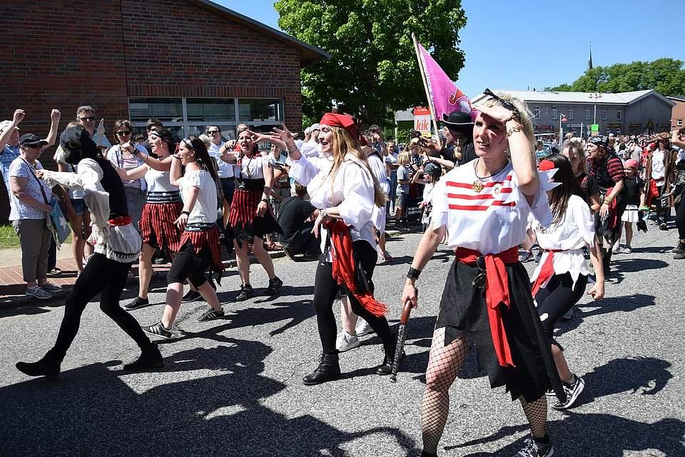 Die Piratenbräute der Zumba Queens tanzen wild umher und mischen das Publikum auf. Foto: Büsing