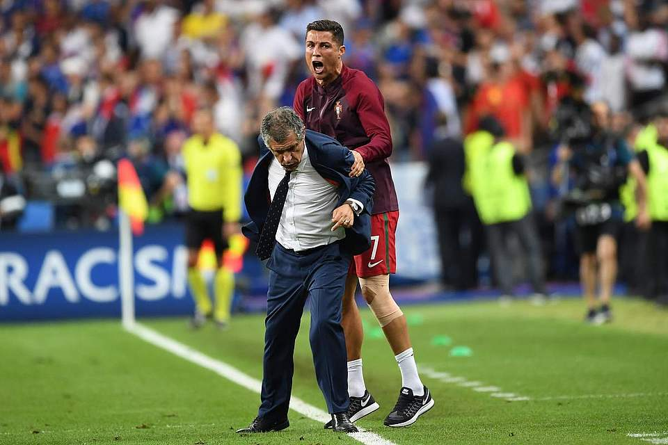 "Cristiano Ronaldo ""zwingt"" seinen Trainer Fernando Manuel Costa Santos zum Jubeln. Foto: Licovski"