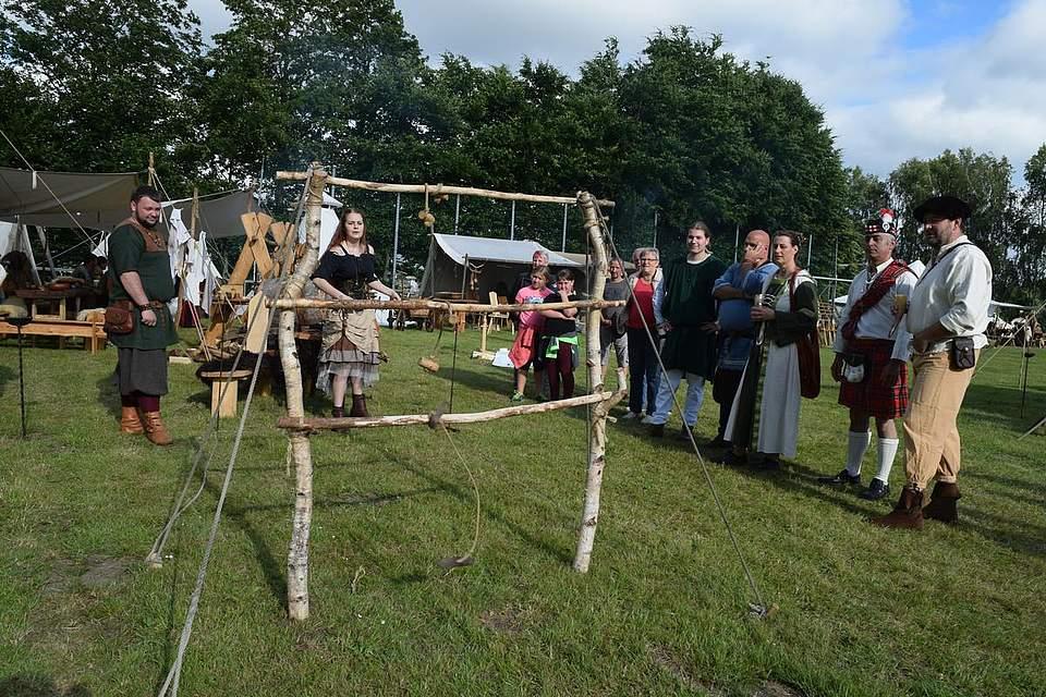 Zuschauer und Teilnehmer haben Spaß beim Wurfspiel. Foto: Büsing