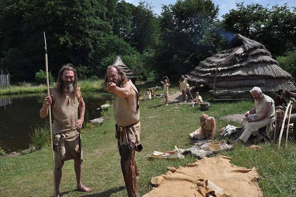 Die Steinzeitjäger Chris Pallasch (links) und Werner Pfeifer vor dem Lager der Jäger und Sammler.