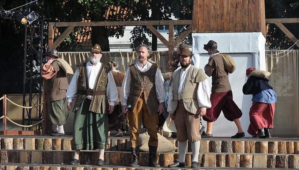 Freilichtspiel: Die Dithmarscher um Wulf Isebrand (Mitte) besprechen die Strategie für die nahende Schlacht. Foto: Höfer