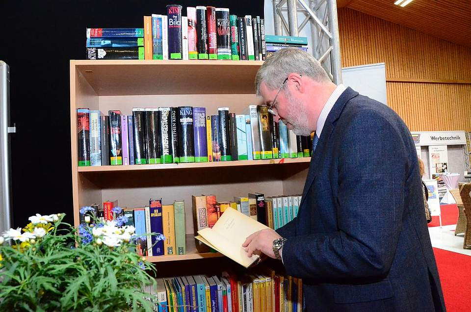 Buchtausch: Bürgermeister Klaus Braak hat sich für die Hemmingway-Ausgaben entschieden.