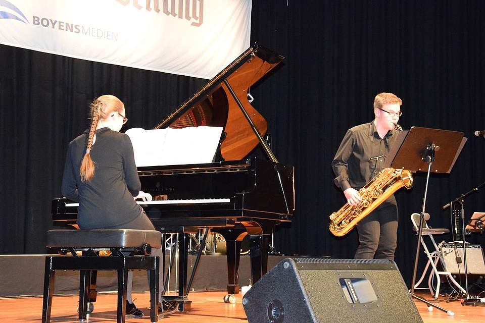 Lasse Schrank (Saxofon) und Elisabeth Schönweiler.