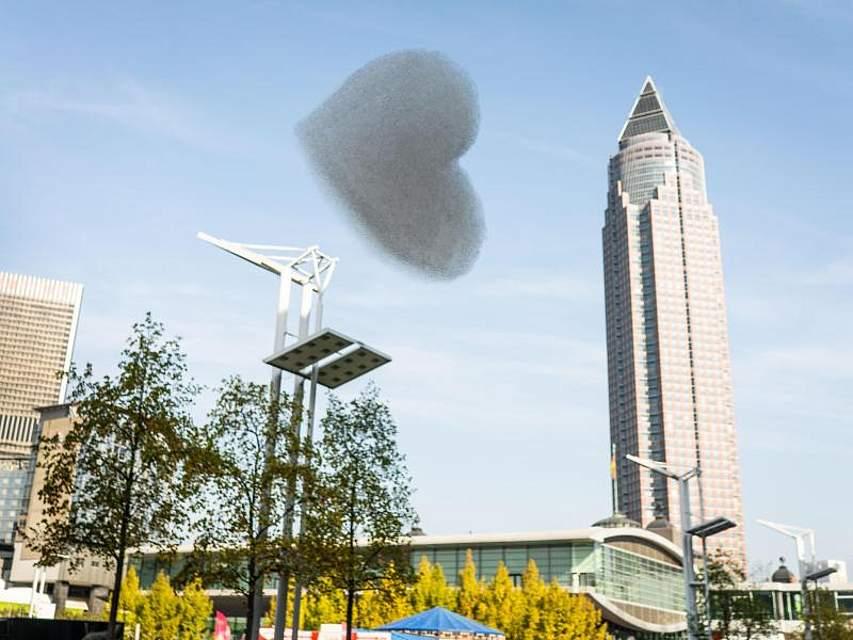 Auf der Frankfurter Buchmesse entlässt eine spezielle Maschine ein Herz aus mit Helium gefülltem Schaum in den Himmel. Foto: Frank Rumpenhorst