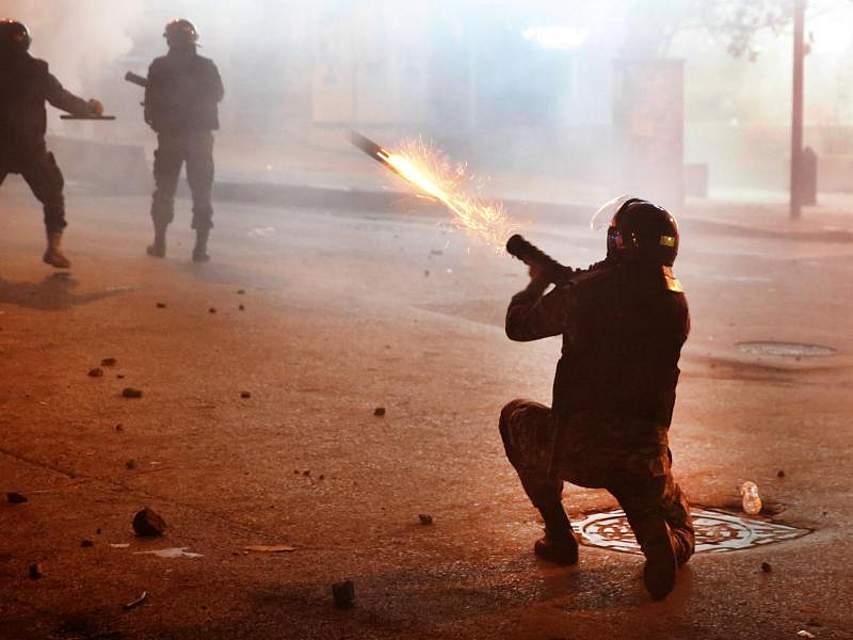 Nach einer längeren Pause über den Jahreswechsel sind die Proteste gegen die politische Elite im Libanon wieder voll entbrannt. Foto: Hussein Malla/AP/dpa