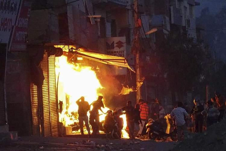 Während des Staatsbesuchs von US-Präsident Trump in Indien hat es in der Hauptstadt Neu Delhi gewaltsame Proteste gegeben. Hintergrund der Zusammenstöße ist ein von Premierminister Narendra Modi durchgedrücktes Einbürgerungsgesetz, das nach Ansicht von Kritikern Muslime diskriminiert. Foto: Uncredited/AP/dpa