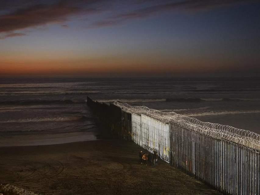 Die hohe Grenzmauer zwischen Mexiko und San Diego, Kalifornien, zerschneidet den Strand in Playas de Tijuana. Foto: Daniel Ochoa De Olza/AP/dpa