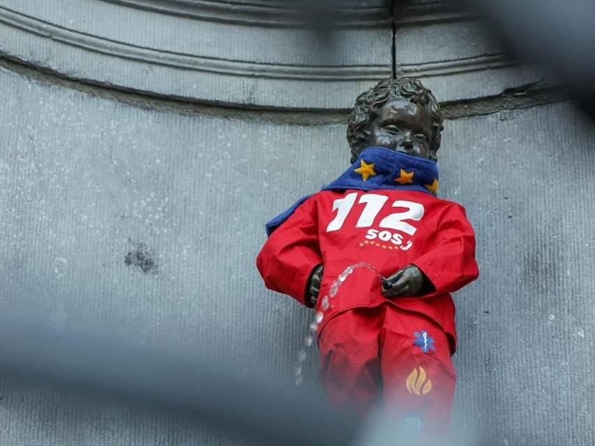 """Alle machen sie mit: Die Brunnenfigur Manneken Pis, Brüssels Wahrzeichen, ist zum """"Europäischen Tag des Notrufs"""" in ein Kostüm mit dem Aufdruck der Notrufnummer 112 eingekleidet. Foto:Paul-Henri Verlooy/BELGA"""