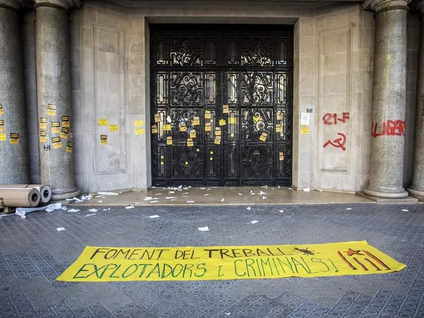 Ein Banner klebt auf dem Boden vor einem Regierungsgebäude in Barcelona. Ein Generalstreik gegen denSeparatistenprozess vor dem Obersten Gericht in Madrid hat Teile Kataloniens lahm gelegt. Foto: Victor Serri/SOPA Images via ZUMA Wire