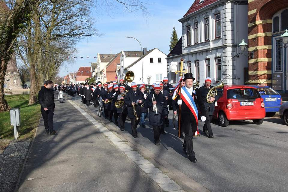 Sönke Boyens führt die Eggenbrüder durch die Brahmsstraße.