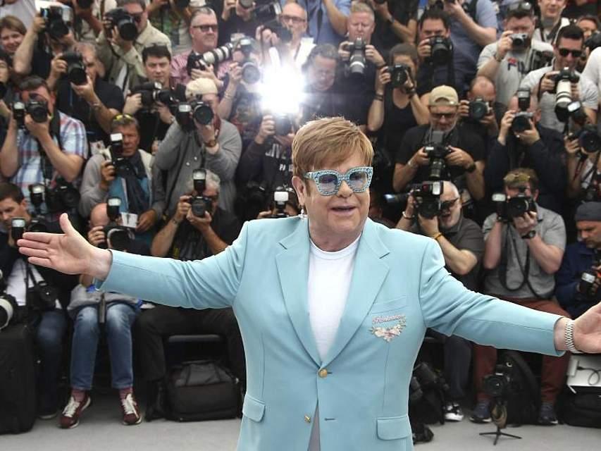 Sir Elton John genießt offensichtlich seinen Auftritt. Bei den Internationalen Filmfestspielen in Cannes nimmt der Musiker aus Großbritannien an einem Fototermin für den Film «Rocketman» teil. Foto: Joel C Ryan/Invision/AP