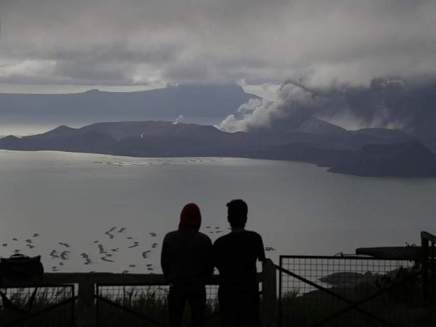 Der Vulkan Taal liegt auf der philippinischen Hauptinsel Luzon etwa 66 Kilometer südlich von Manila. Er ist ein beliebtes Ziel von Touristen, vor allem wegen des im Vulkankessel gelegenen Sees samt Insel. Der letzte vergleichbare Ausbruch liegt dort mehr als 40 Jahre zurück. Foto: Aaron Favila/AP/dpa