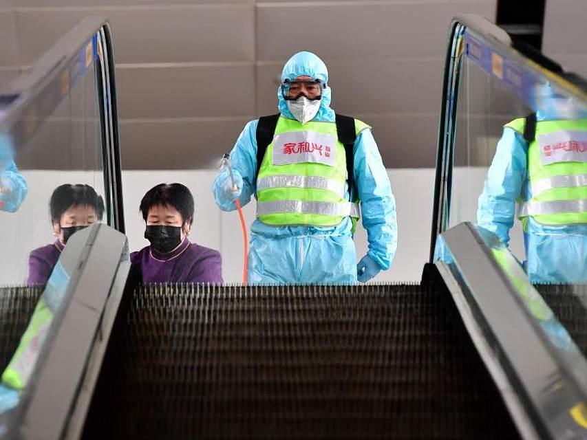 Maßnahmen gegen den Virus:Desinfektion am Internationalen Flughafen Taiyuan Wusu in Taiyuan, der Hauptstadt der nordchinesischen Provinz Shanxi. Foto: Cao Yang/XinHua/dpa