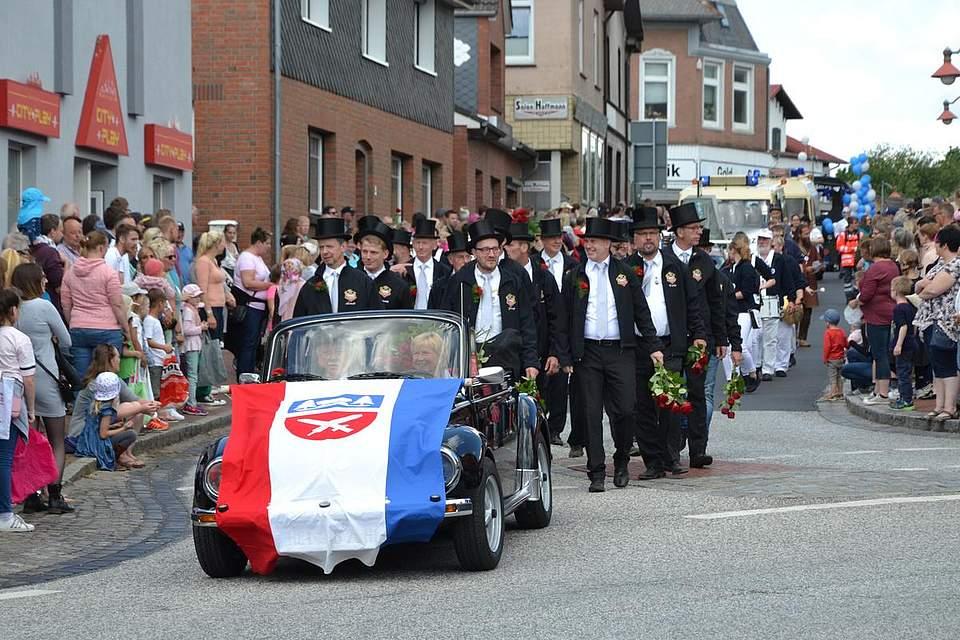Der Volkfestverein führt den Umzug durchs Dorf an.